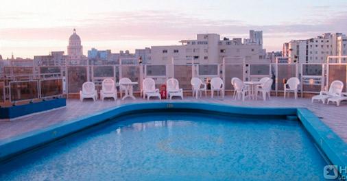 La piscina panoramica dell'Hotel Deauville a L'Avana, Cuba