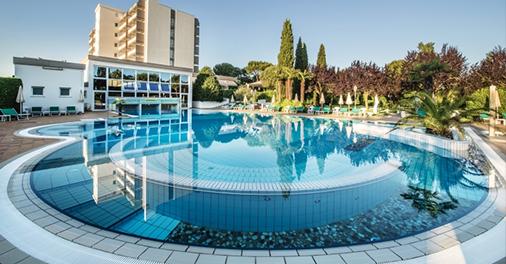 La grande piscina termale esterna dell'Hotel Des Bains Terme a Montegrotto Terme, Padova