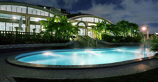 Il suggestivo giardino esterno con piscina termale dell'Abano Ritz Spa & Wellfeeling Hotel